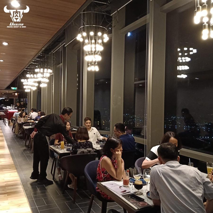 Bên trong nhà hàng có view đẹp ngắm nhìn thành phố về đêm tại tầng 77 tòa nhà Landmark 81, Quận Bình Thạnh