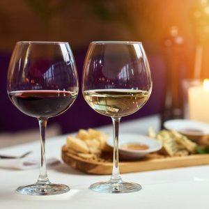 Rượu vang thức uống không thể thiếu trong buổi hẹn hò ở nhà hàng lãng mạn