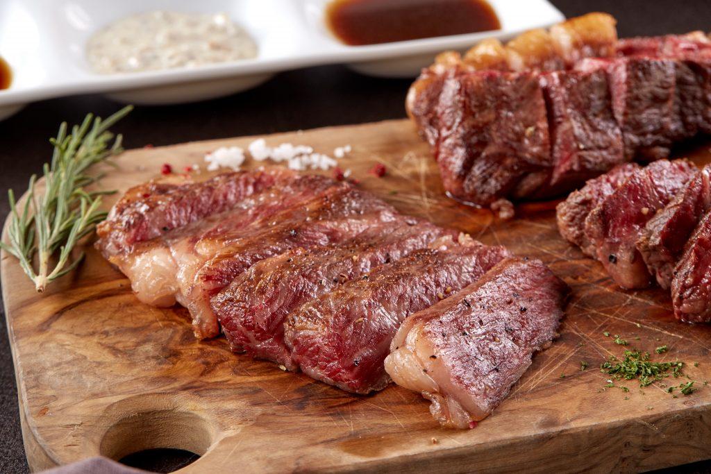 Thịt bò Wagyu nước được phủ màu vàng nẫu óng ánh.