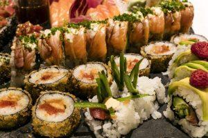 Cách thưởng thức Sushi đúng cách là không chấm miếng sushi trực tiếp vào chén nước tương