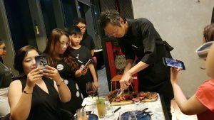 Bếp trưởng nhà hàng Ussina Sky 77 đang thái miếng thịt Beef Steak