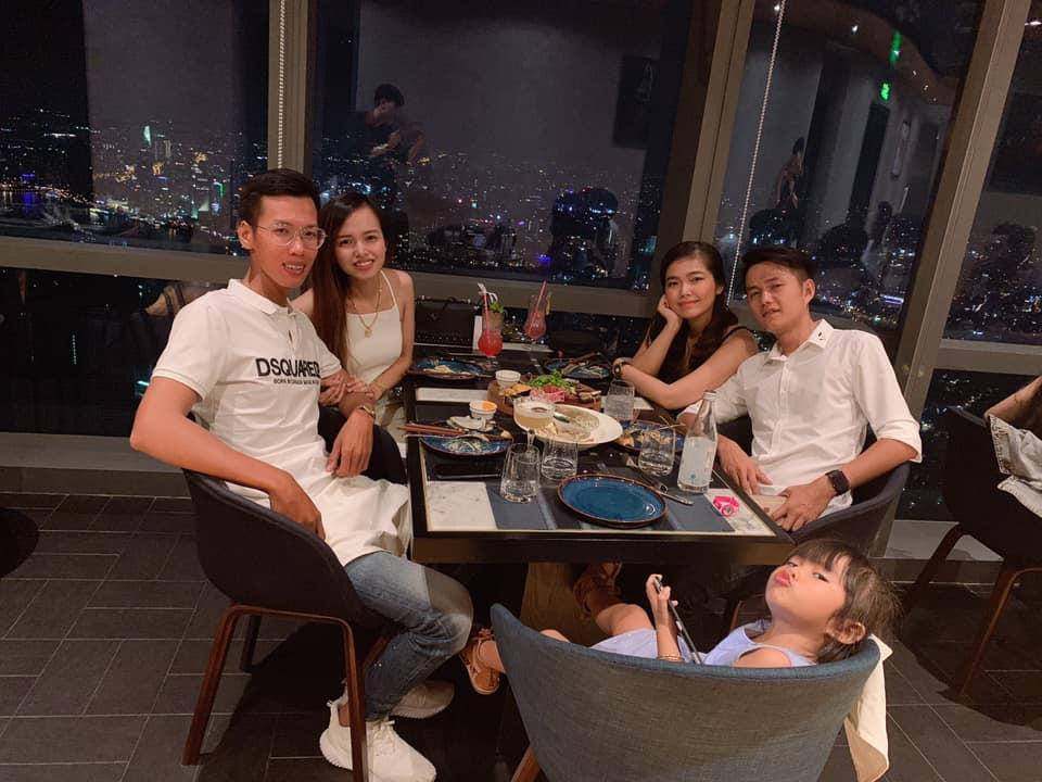 khoảng khắc thú vị của gia đình và bé khi dùng bữa tối tại nhà hàng Ussina