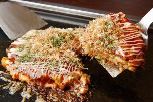 Bánh bèo Nhật Bản một món ăn vặt được làm từ bột, rau và thịt, tua bạch tuộc bằm