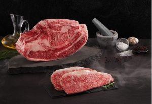 Những khối thịt bò Snow-Aging Wagyu săn chắc và vẫn giữ được màu sắc tươi như chưa từng được lên tuổi