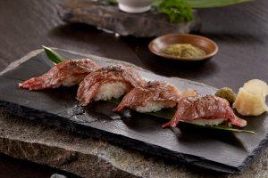 Thịt bò Snow Aging Wagyu chế biến thành sushi thịt bò