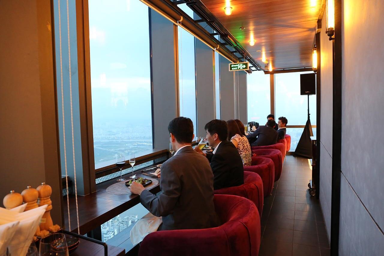 Không gian được bày trí tinh tế để thực khách có thể ngắm nhìn Sài Gòn hoa lệ