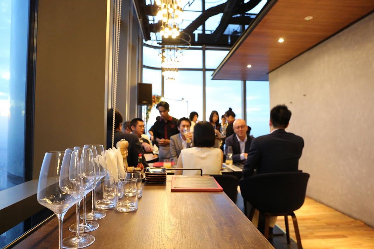 Thực khách tổ chức tiệc doanh nhân tại nhà hàng Ussina