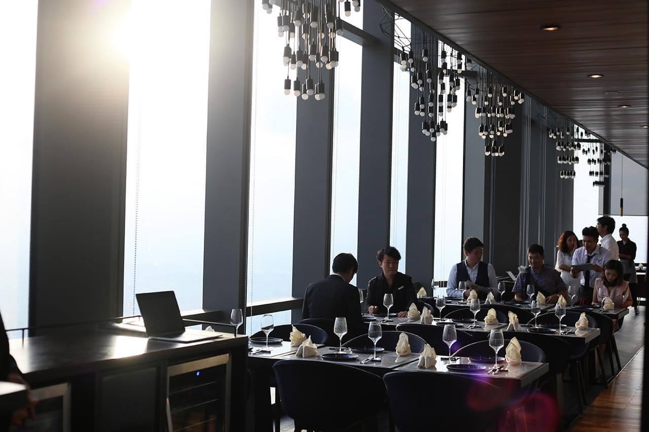 Không gian sang trọng, thoáng đãng tại nhà hàng Ussina Sky 77