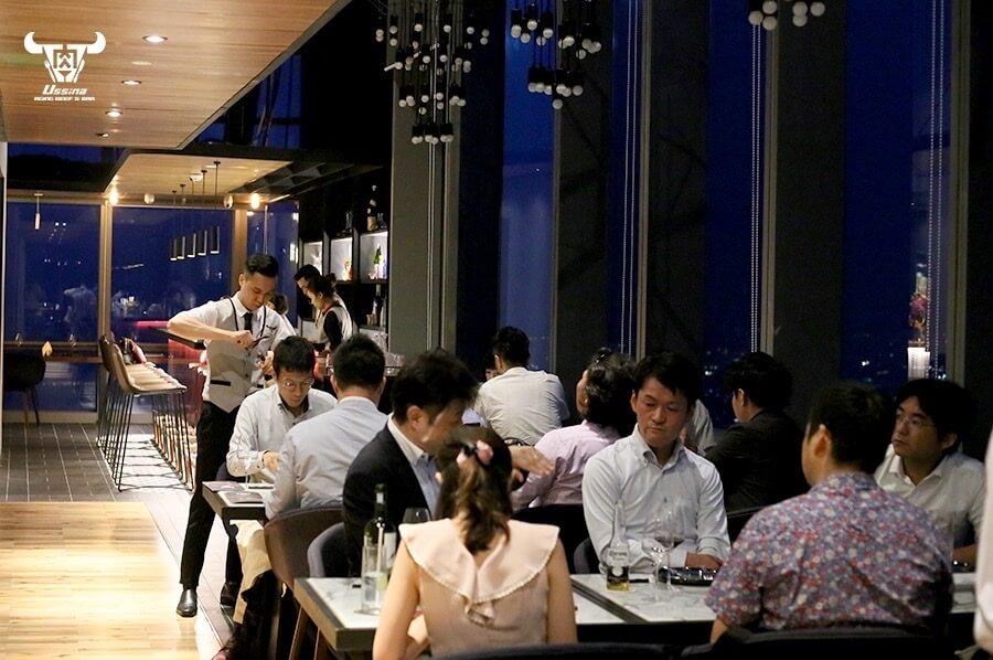 Thực khác dùng bữa tối tại không gian hiện đại, tính tế của nhà hàng Ussina